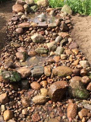 Bachlauf und Sprudelstein aus Natursteinmaterialien